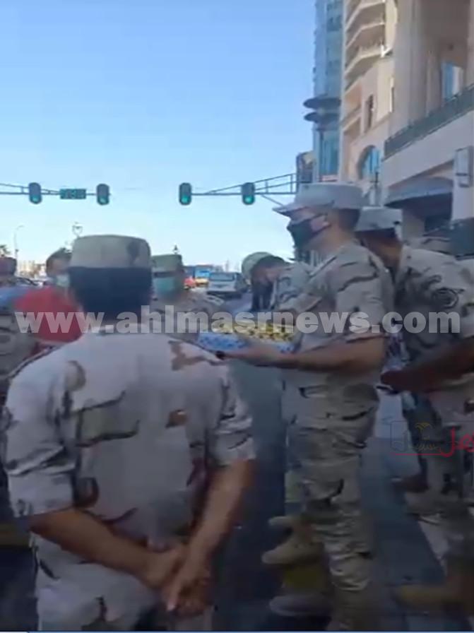 الجيش يوزع الحلوى والورود على المواطنين بالإسكندرية