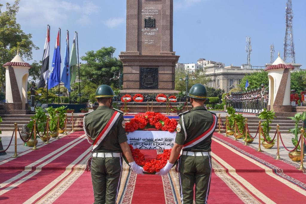وضع إكليل الزهور على النصب التذكاري للشهداء