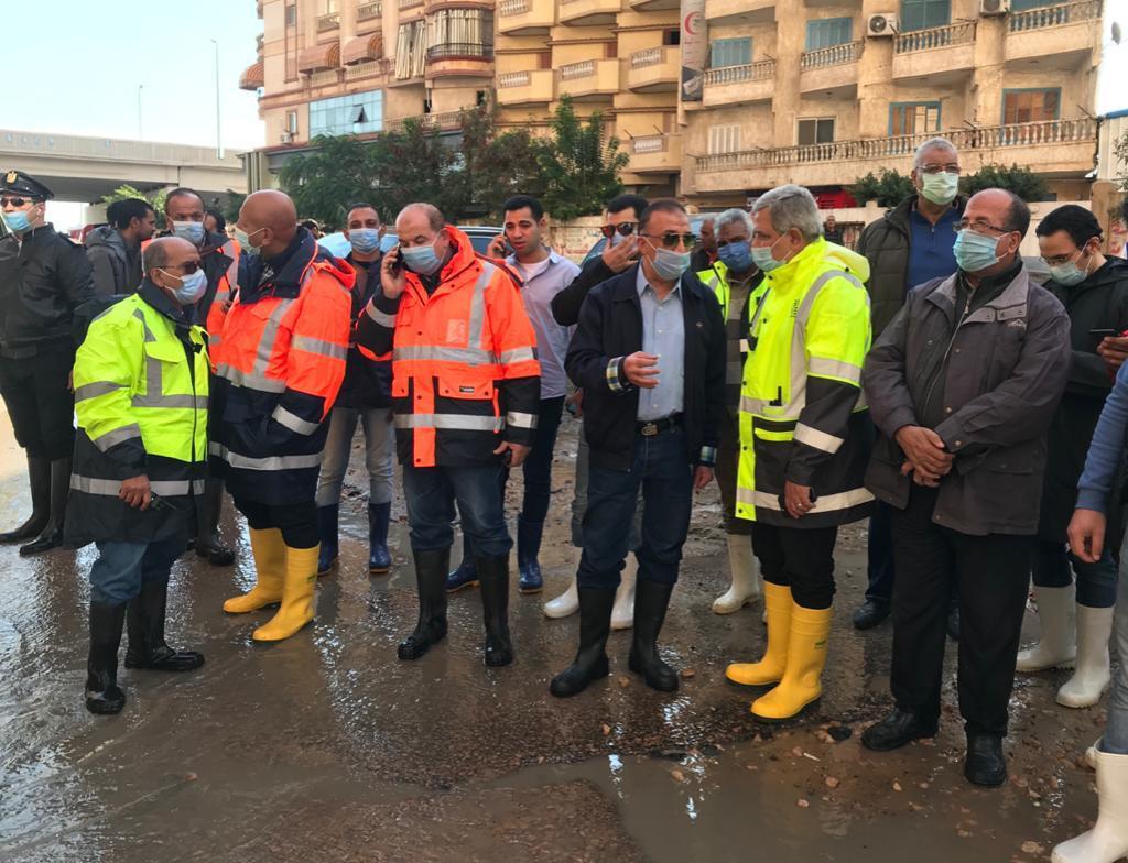 محافظ الإسكندرية يتابع تصريف مياه الأمطار