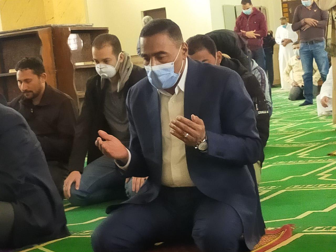 وزير الزراعة ومحافظ مطروح يلتزما بالكمامات في صلاة الجمعة
