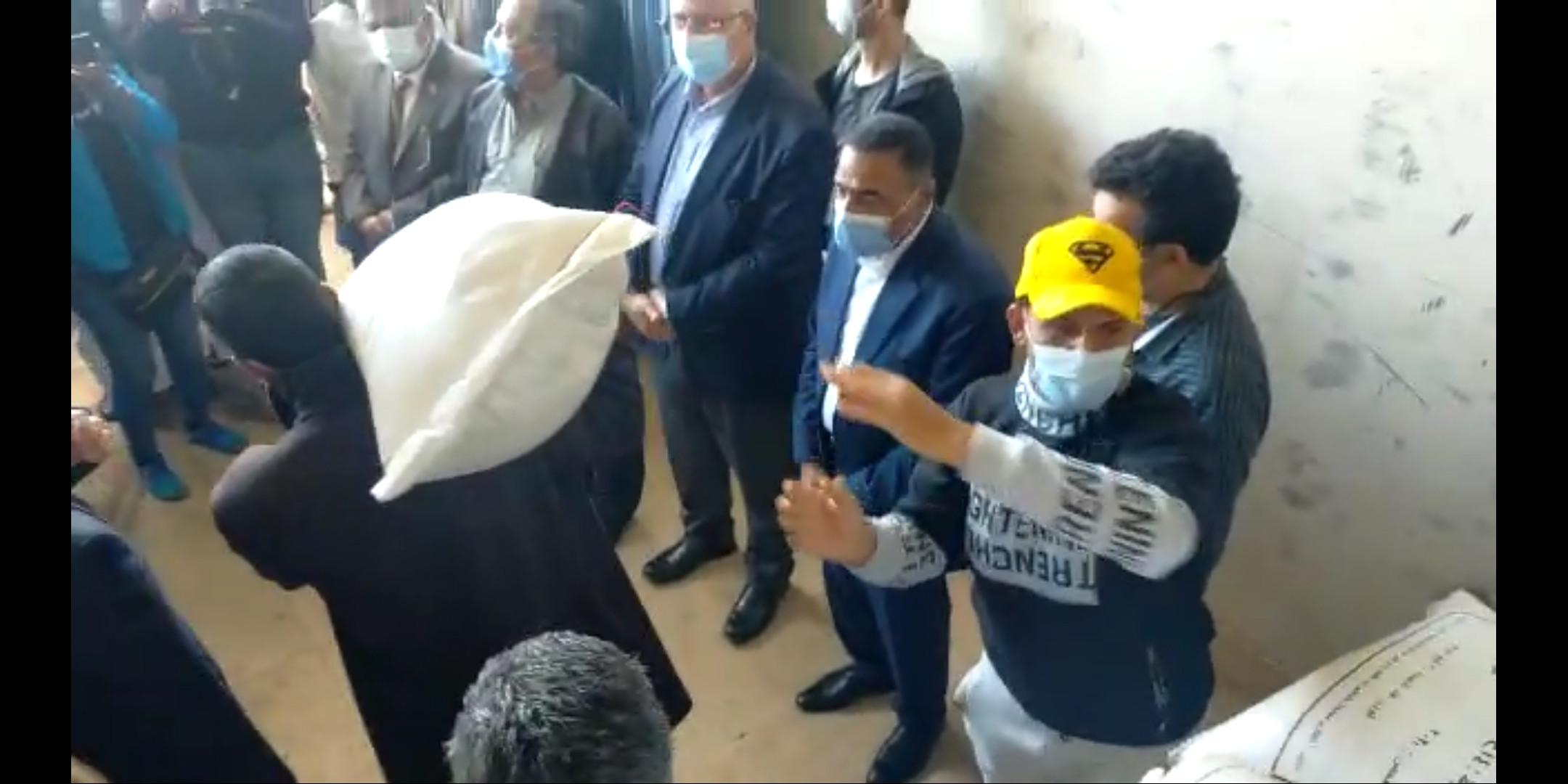 140 طن تقاوي قمح وشعير ... وزير الزراعة ومحافظ مطروح قاموا بتوزيعها علي المزارعين