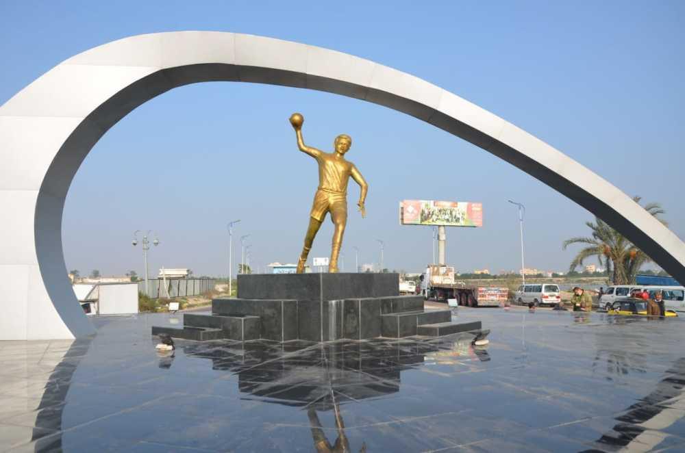 أعمال تركيب تمثال لاعب كرة اليد