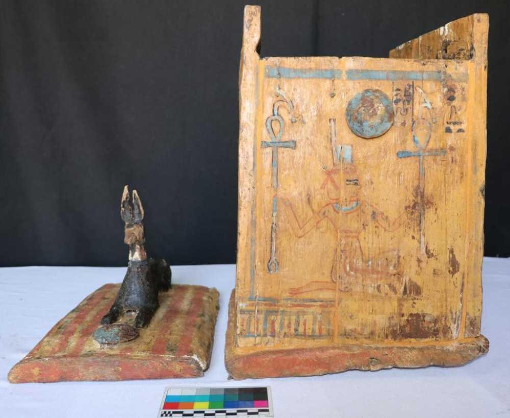 الكشف عن تماثيل ولوحات ومركب واقنعة خشبية تعود إلى الدولة الحديثة.
