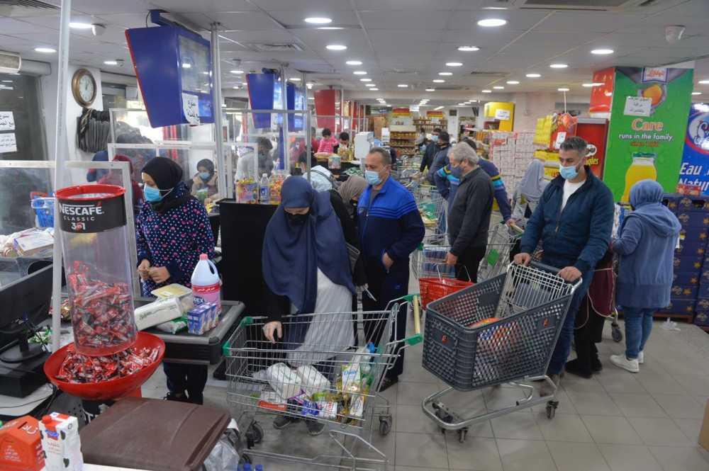 اللبنانيون يتهافتون علي السوبر ماركت