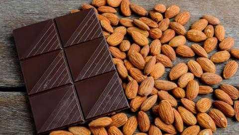 طريقة عمل الشوكولاتة باللوز