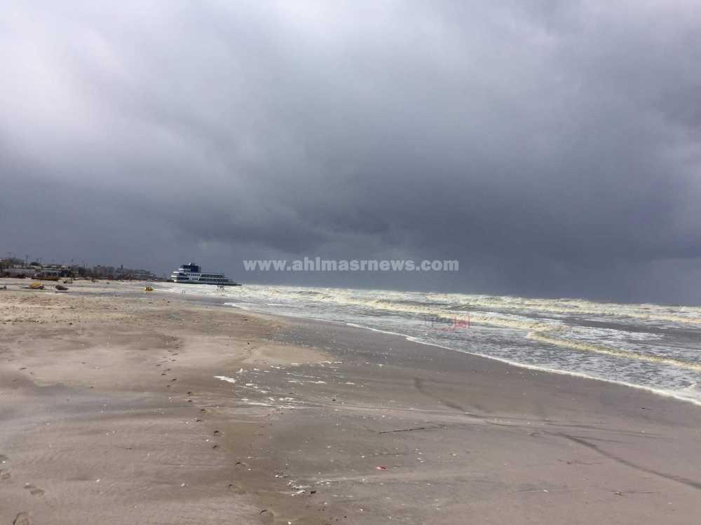الأمواج تجتاح الكافيتريات بشاطئ بورسعيد