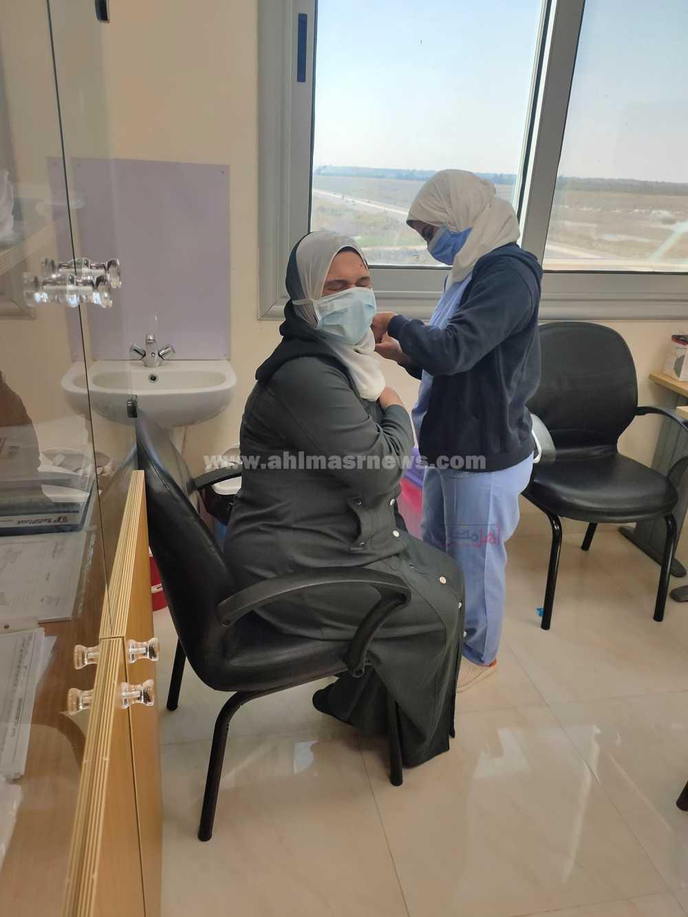 الدكتورة غادة متولي تتلقى الجرعة الثانية من لقاح سينوفارم