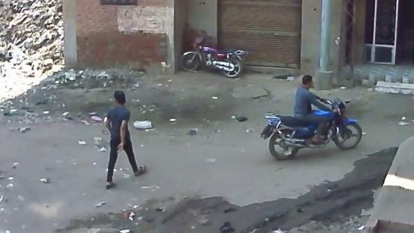 شخصان يستقلان دراجة يسرقان موتوسيكل في عز الضهر (فيديو)